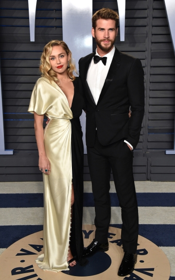 BEVERLY HILLS, CA - MARCH 04: Singer Miley Cyrus (L) and actor Liam Hemsworth attend the 2018 Vanity Fair Oscar Party hosted by Radhika Jones at Wallis Annenberg Center for the Performing Arts on March 4, 2018 in Beverly Hills, California. (Photo by John Shearer/Getty Images)